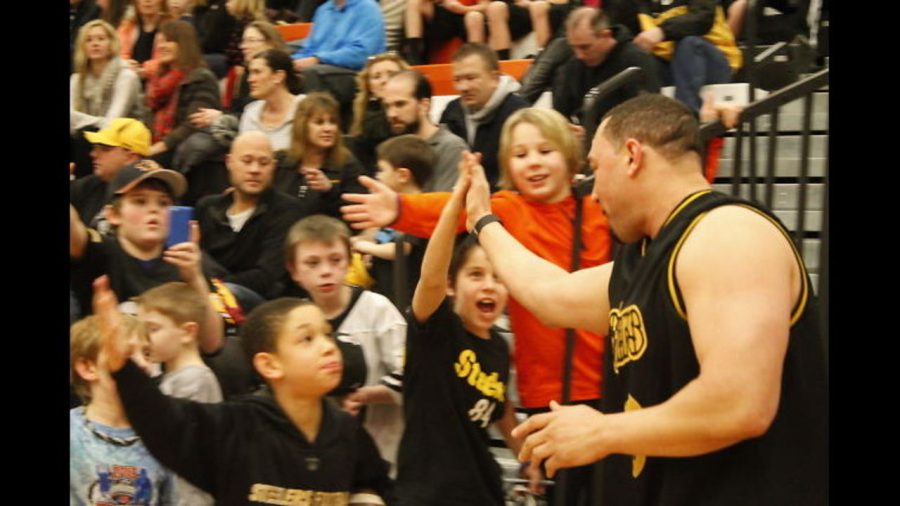 Charlie+Batch+slaps+hands+with+a+young+fan+at+the+Steelers%2FPolice+Pal+Basketball+game+back+in+2015.