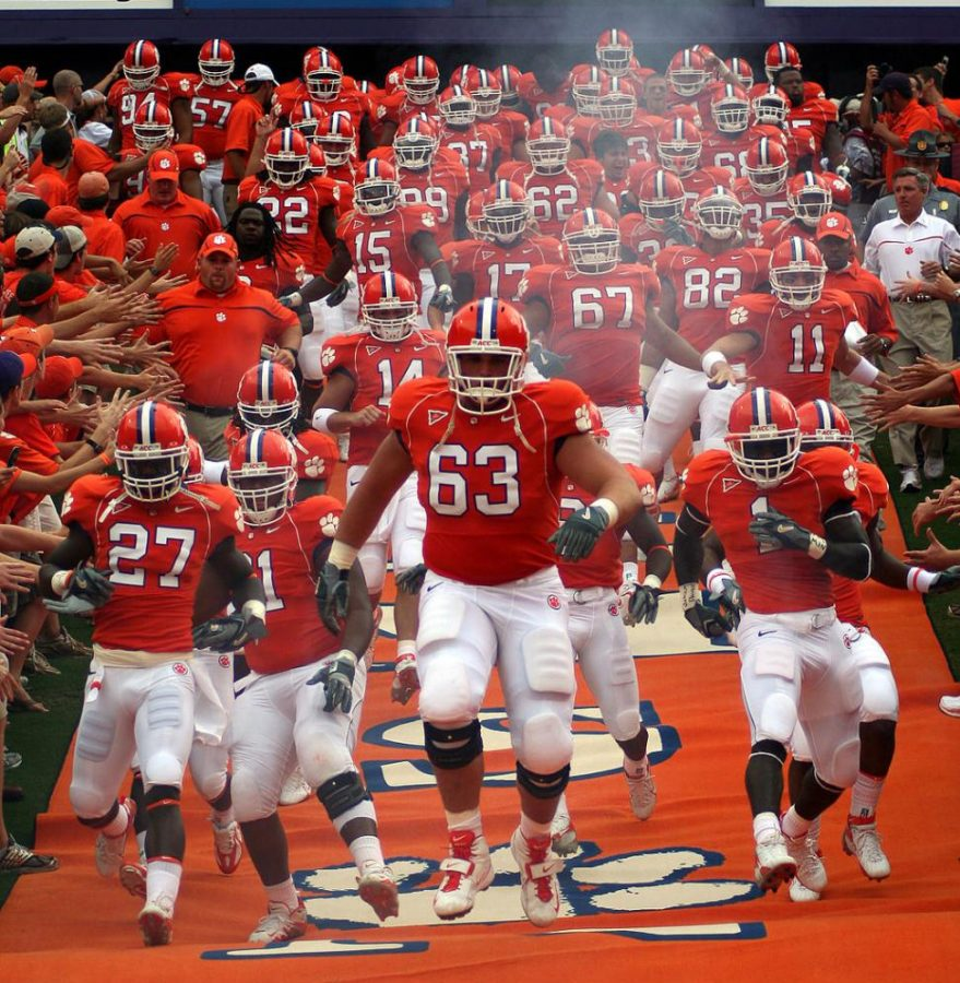 Clemson+Tigers+football+team+runs+down+the+field+at+the+start+of+the+game+on+September+24%2C+2006.