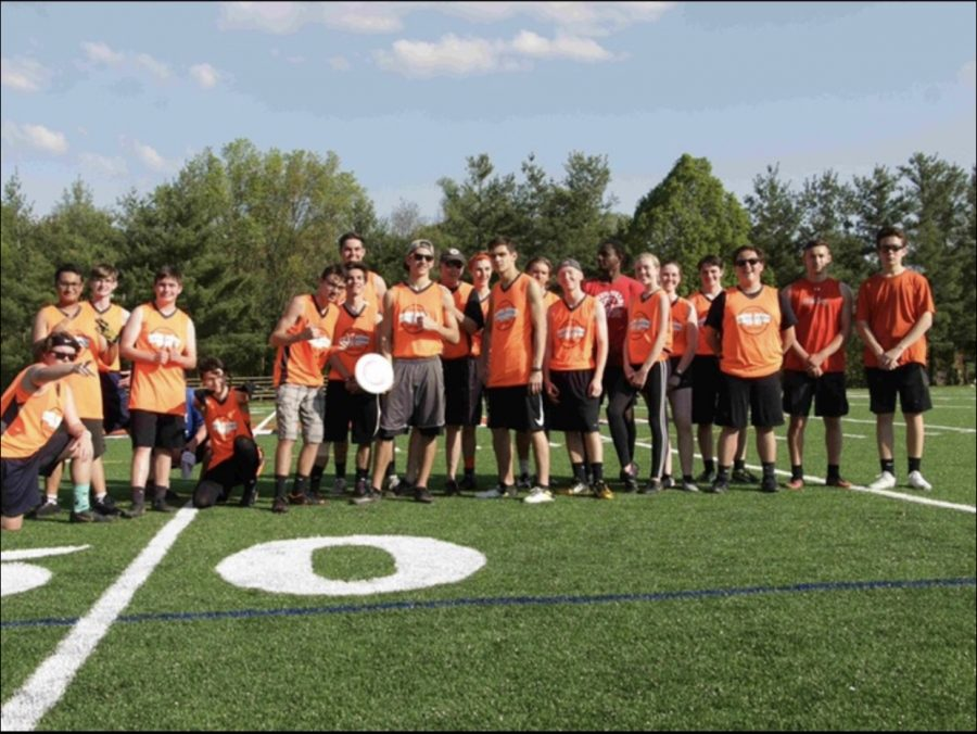 The+2019+ultimate+frisbee+team+poses+for+a+pic+after+a+game.