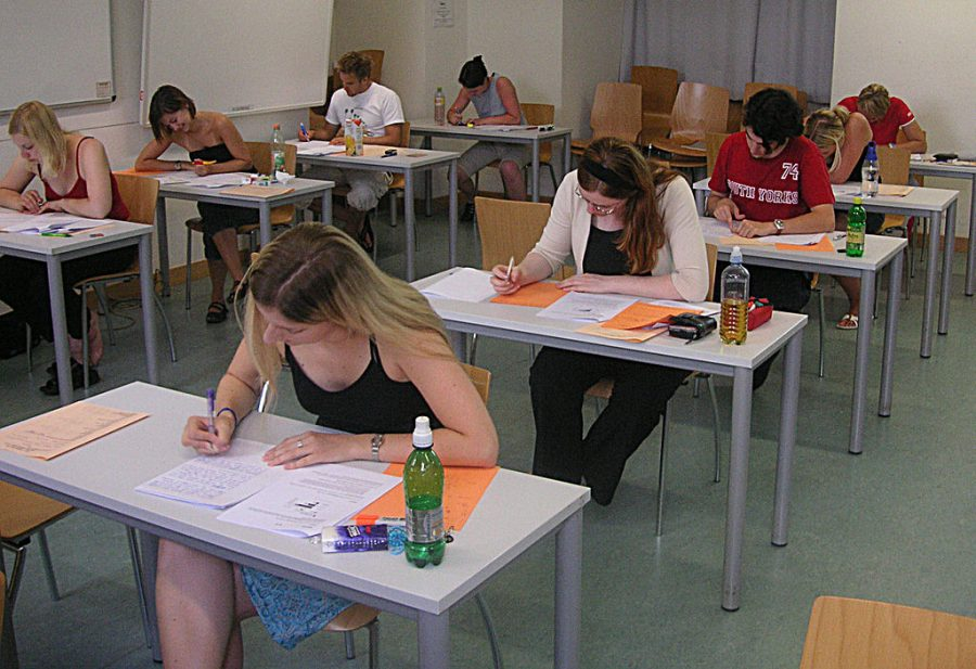 Students+taking+a+test+at+the+University+of+Vienna+at+the+end+of+the+summer+term+2005+%28Saturday%2C+June+25%2C+2005%29.