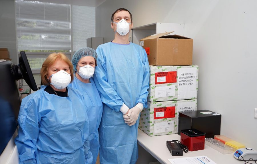 Health care workers wearing masks to stop spread of Covid.